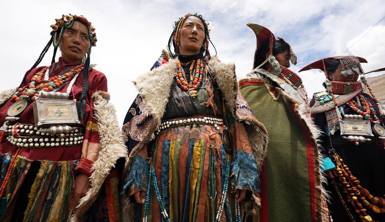 Foto Potret Perempuan Tibet Dalam Balutan Pakaian Tradisional