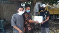 Perwakilan PWI menyampaikan paket bantuan di desa Pengkol Kecamatan Penawangan Grobogan. (foto: Liputan6.com/felek wahyu)