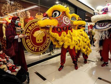 Atraksi Barongsai Semarakkan Perayaan Imlek di Pusat Perbelanjaan