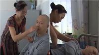 Seorang istri merawat suaminya yang mengalami koma selama 5 tahun hingga sadar (Dok.YouTube/CC Channel)