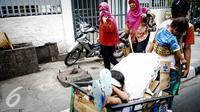 Seorang ibu membawa anaknya mencari barang bekas dengan gerobak melintasi kawasan Wahid Hasyim, Jakarta, Kamis (6/10). Penduduk miskin di DKI Jakarta meningkat sebesar 15.630 orang atau meningkat 0,14% dari tahun sebelumnya. (Liputan6.com/Faizal Fanani)