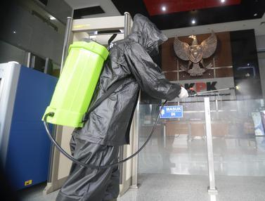 FOTO: Jelang New Normal, Gedung KPK Disemprot Disinfektan
