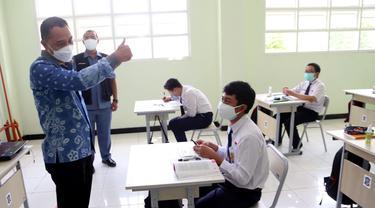 Eri Cahyadi saat meninjau PTM hari pertama di Surabaya. (Dian Kurniwan/Liputan6.com)