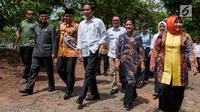 Presiden Joko Widodo (Jokowi) meninjau pembangunan akses jalan menuju persawahan di Desa Pematang Panjang, Kabupaten Banjar, Kalimantan Selatan, Senin (26/3). Total anggaran program padat karya tunai yang digelontorkan Rp115,9 juta (Liputan6.com/Pool)
