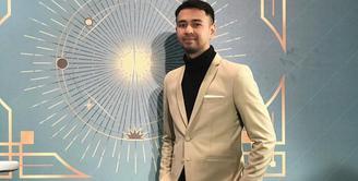 Raffi Ahmad, menjadi salah satu orang yang mendapatkan vaksin gelombang pertama. Di tanggal 13 Januari 2021 lalu, Raffi mendapat vaksin tahap pertama. Dan kemarin, Rabu (27/1/2021), ia kembali divaksin tahap kedua. (Instagram/raffinagita1717)