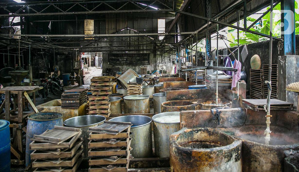 Suasana pabrik tahu tempe yang berhenti operasi di kawasan Duren Tiga, Jakarta, Sabtu (2/12/2021). Sejumlah pengusaha produsen tahu dan tempe memutuskan untuk menggelar aksi mogok atau berhenti berproduksi sebagai protes lantaran harga kedelai melonjak di pasaran. (Liputan6.com/Faizal Fanani)