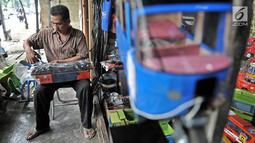 Sukma merapikan mainan kayu yang dijualnya di kawasan Kalibata, Jakarta, Rabu (17/10). Dirinya telah berdagang di toko yang didirikan sejak tahun 1970-an itu, menjual berbagai jenis mainan tradisional terbuat dari kayu. (Merdeka.com/Iqbal S. Nugroho)