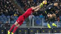 Striker Juventus, Cristiano Ronaldo, berebut bola dengan kiper Lazio, Thomas Strakosha, pada laga Serie A di Stadion Olympic, Minggu (27/1). Juventus menang 2-1 atas Lazio. (AP/Claudio Peri)