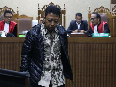 Terdakwa kasus suap jual-beli jabatan di lingkungan Kemenag, M Romahurmuziy saat menjalani sidang lanjutan di Pengadilan Tipikor, Jakarta, Rabu (18/9/2019). Sidang yang seharusnya beragendakan pembacaan eksepsi dibatalkan karena terdakwa mengaku sakit. (Liputan6.com/Helmi Fithriansyah)