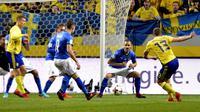 Pemain timnas Swedia, Jakob Johansson, melepaskan tendangan yang  berujung gol ke gawang Italia pada laga leg pertama playoff Piala Dunia 2018, di Friends Arena, Sabtu (11/11/2017)  dini hari WIB. (AP/Andres Wiklund).