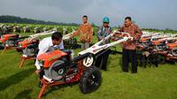 Pemberian bantuan alat mesin pertanian (alsintan) diharapkan menjadi jalan bagi anak muda agar mau turun langsung ke sektor pertanian.