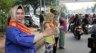 Polwan di Jakarta timur turun ke jalan menggunakan kebaya dalam rangka menyambut hari Kartini.