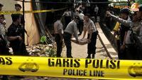 Belasan rumah rusak saat polisi melakukan penggerebekan markas teroris di Ciputat. Perbaikan rumah warga yang dilakukan merupakan perwujudan janji dari Kapolri, Jenderal Polisi Sutarman (Liputan6.com/ Andrian M Tunay)