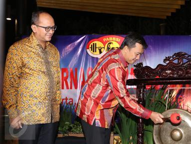 Menpora Imam Nahrawi (kanan) bersama Ketua PB PABBSI Rosan P Roslani memukul gong pembuka Rakernas PB PABBSI di Jakarta, Selasa (20/12). Rakernas ditandai dengan pemberian bonus bagi atlet berprestasi. (Liputan6.com/Helmi Fithriansyah)