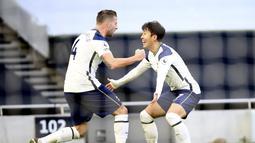 Bek Tottenham Hotspur, Toby Alderweireld (kiri) berselebrasi dengan Son Heung-Min usai mencetak gol ke gawang Leeds United pada pertandingan lanjutan Liga Inggris di Tottenham Hotspur Stadium di London (2/1/2021). Sejauh ini, Son sudah tampil sebanyak 253 laga bersama Tottenham. (AP/PoolJulian Finne