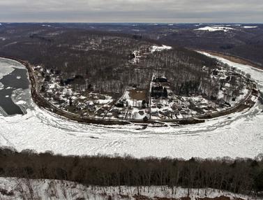 FOTO: Pemandangan Sungai Allegheny Tertutup Es Musim Dingin