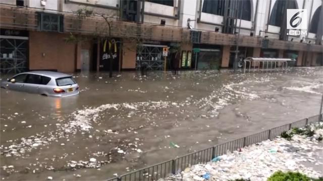 Setelah menewaskan beberapa orang di Filipina bagian utara, Topan Mangkhut juga meluluhlantahkan wilayah Hong Kong hingga mengakibatkan banjir di beberapa tempat.