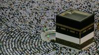 Umat muslim melaksanakan salat berjemaah menghadap bangunan Kakbah di Masjidil Haram, Mekah, Arab Saudi, Jumat (17/8). (AP Photo/ Dar Yasin)