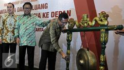 Menperin, Saleh Husin (kanan) memukul gong membuka RUA IX AEKI di Jakarta, Kamis (10/3). Indonesia siap bersaing di dunia untuk menjadi negara penghasil kopi terbesar setelah Brasil dan Vietnam. (Liputan6.com/JohanTallo)
