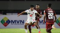 Winger PSM Makassar, Ilham Udin dikawal ketat oleh bek Borneo FC, Marckho Meraudje. (Bola.com/Bagaskara Lazuardi).
