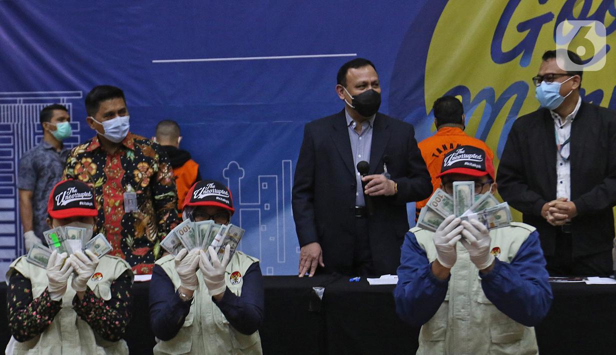 Penyidik KPK menunjukan barang bukti uang tunai saat konferensi pers terkait Operasi Tangkap Tangan (OTT) tindak pidana korupsi pada program bantuan sosial di Kementerian Sosial untuk penanganan COVID-19 di Gedung KPK, Jakarta, Minggu (6/12/2020) dini hari. (Liputan6.com/Herman Zakharia)