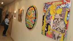 Pengunjung mengamati karya di pameran seni rupa bertajuk 'Ekspresi Ragam Jiwa' di Galeri Cipta III Taman Ismail Marzuki, Jakarta, Rabu (4/4). Pameran menampilkan karya 24 seniman untuk memeringati Hari Bipolar Sedunia. (Liputan6.com/Immanuel Antonius)
