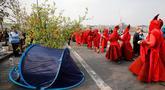 Aktivis lingkungan saat melakukan blokade Jembatan Waterloo, London, Inggris (17/4). Aksi blokade ini untuk mendorong pemerintah berbuat lebih dalam mengatasi perubahan iklim yang terjadi. (AFP Photo/Tolga Akmen)