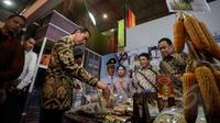 Presiden Jokowi saat meninjau pameran Apkasi International Trade and Investment Summit (AITIS) 2015 di kawasan Jiexpo, Jakarta, Rabu (13/5/2015). AITIS 2015 memamerkan beragam produk unggulan industri kecil dan menengah (IKM). (Liputan6.com/Faizal Fanani)