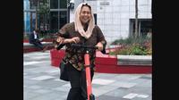 Yenny Wahid mencoba naik skuter listrik di Oslo, Norwegia. (dok. Instagram @yennywahid/https://www.instagram.com/p/BzEXj0Vgu2Z/Dinny Mutiah)