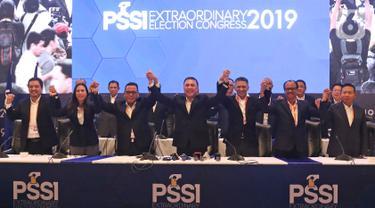 Ketua Umum PSSI terpilih Mochamad Iriawan (tengah) didampingi dua Wakil Ketua Umum terpilih Cucu Somantri (ketiga kiri) dan Iwan Budianto  serta para komite eksekutif terpilih berfoto bersama dalam penutupan Kongres Luar Biasa (KLB) PSSI di Jakarta, Sabtu (2/11/2019). (Liputan6.com/Herman Zakharia)