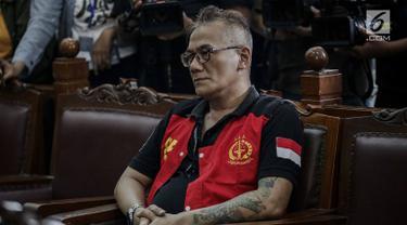 Aktor senior Tio Pakusadewo menjalani sidang pembacaaan dakwaan kasus penyalahgunaan narkoba di Pengadilan Negeri (PN) Jakarta Selatan, Senin (30/4). Tio yang sebelumnya berewokan dan gondrong tampil rapi dengan rambut cepak. (Liputan6.com/Faizal Fanani)