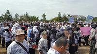 Proses pendidikan di daerah setempat lumpuh setelah ribuan guru turun ke jalan. (Liputan6.com/M Syukur)