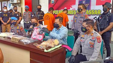 Polrestabes Makassar tangkap perakit bom ikan (Liputan6.com/Fauzan)