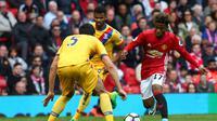 Aksi gelandang Manchester United, Angel Gomes (kanan) pada laga kontra Crystal Palace, di Stadion Old Trafford, Minggu (21/5/2017). Gomes menjadi pemain kelahiran tahun 2000 yang melakoni laga Premiership.  (EPA/Tim Keeton)