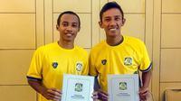 Mantan pemain Persebaya Surabaya, Irvan Febrianto dan Adam Maulana, resmi bergabung Persiba Balikpapan. (Bola.com/Dok. Pribadi)