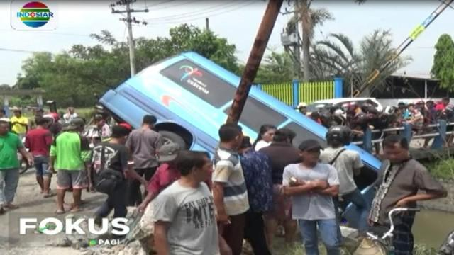 Akibat pengemudi ugal-ugalan, sebuah kendaraan mini bus yang mengangkut enam penumpang menabrak seorang wanita yang tengah mengendarai sepeda motor di depannya.