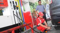 Petugas mengisi BBG jenis Liquified Gas for Vehicle (LGV) Vigas saat uji coba di SPBU Coco Gandaria, Jakarta, Rabu (18/2/2015). Vigas merupakan bahan bakar alternatif pengganti BBM yang lebih hemat serta ramah lingkungan. (Liputan6.com/Herman Zakharia)