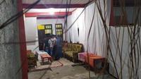 Polisi dari Reskrimum Polda Jateng dan Polres Purworejo menggeledah Keraton Agung Sejagat yang merupakan rumah tinggal Toto Santoso. (Foto:Liputan6.com/edhie prayitno ige)