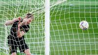 Pemain Barcelona, Frenkie de Jong merayakan gol ke gawang Elche pada laga lanjutan La Liga di Manuel Martinez Valero, Elche, Alicante, Spanyol, Minggu (24/1/2021) (AFP/Jose Jordan)