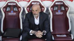Manajer tim AC Milan, Stefano Pioli duduk di bench menjelang dimulainya laga lanjutan Liga Italia 2020/2021 pekan ke-36 melawan Torino di Olympic Stadium, Turin, Rabu (12/5/2021). AC Milan menang 7-0 atas Torino. (LaPresse via AP/Spada)