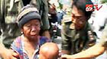 Gelandangan dan pengemis di Kota Semarang, Jateng, dirazia Satpol PP. Seorang pengemis bahkan terus meronta agar dilepas.