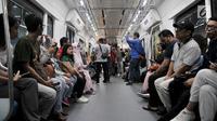 Warga mengikuti uji coba publik pengoperasian MRT (Moda Raya Terpadu) di Stasiun Bundaran HI, Jakarta, Minggu (17/3). Uji coba untuk publik dibuka dari 12 hingga 24 Maret 2019 dengan menargetkan sebanyak 285 ribu penumpang. (merdeka.com/Iqbal S Nugroho)
