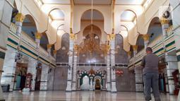 Umat muslim melaksanakan salat zuhur di Masjid Jami' Al Munawwar, Jakarta, Kamis (7/5/2020). Meski di tengah ancaman pandemi COVID-19, sejumlah umat muslim tetap memanfaatkan Masjid Jami' Al Munawwar untuk melaksanakan ibadah di bulan suci Ramadan 1441 H. (Liputan6.com/Helmi Fithriansyah)