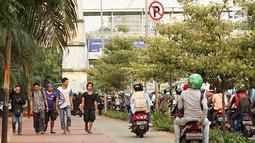 Pengendara sepeda motor melintasi trotoar di kawasan Menteng Pulo, Jakarta, Selasa (14/5/2019). Kemacetan yang semakin parah di Ibu Kota menyebabkan para pemotor nekat menerobos trotoar dan merampas hak pejalan kaki.(Www.sulawesita.com)