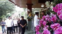Capres Prabowo Subianto melayat keluarga SBY di Puri Cikeas, Bogor, Jawa Barat. (Liputan6.com/Yopi Makdori)