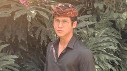Selain melindungi dari sinar matahari, aktor kelahiran 1999 ini menggunakan kacamata berlensa bening sebagai penunjang penampilannya. Pria yang akrab disapa Antonio ini tampil beda dengan udeng khas Bali dan kacamatanya. (Liputan6.com/IG/@antonioblancojr)