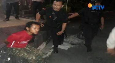 MR ditahan setelah tepergok memanjat pagar belakang Markas Polda Jawa Tengah dengan membawa tas di dada. Saat digeledah polisi menemukan dan menyita tiga bilah pisau dan segenggam paku.