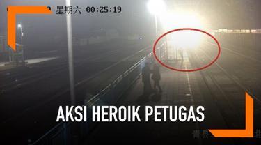Seorang petugas kereta menggagalkan aksi bunuh diri seorang wanita di China. Petugas tersebut diberi hadiah oleh perusahaannya senilai Rp 10,4 juta.