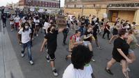 Pengunjuk rasa berbaris di Kenosha, Wisconsin, Amerika Serikat, Senin (24/8/2020). Protes dipicu oleh penembakan Jacob Blake oleh petugas polisi Kenosha sehari sebelumnya. (Rick Wood/Milwaukee Journal-Sentinel via AP)