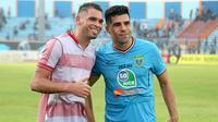 Dua pemain asal Brasil, Wallace Costa Alves (Persela) dan Fabiano Beltrame (Madura United), saling menukar jersey di Stadion Surajaya, Lamongan, Senin (23/7/2018). (Bola.com/Aditya Wany)